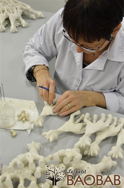 fabrica3 - Como se fabrica Sophie la Jirafa, técnicas artesanales tras 50 años