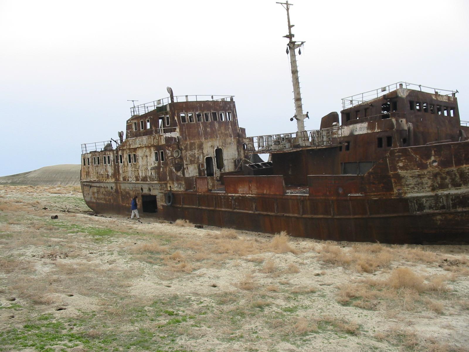 barco02 - El Mar de Aral, como el cultivo del algodón acabó con un gran lago
