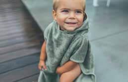 https://www.lepetitbaobab.com/aseo-y-cosmetica/toallas-bebe/poncho-bebe-playa-piscina